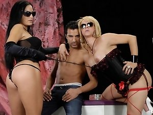 Hardcore threesome with the transex Raffaella and her two friends Amandi and Gaucho. This slut is going to have a great double fuck from these two coc